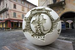ORTA SAN GIULIO, ITALY/EUROPE - 28 OCTOBRE : Sculpture en Pomodoro Photographie stock