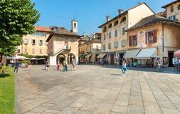 Orta San Giulio, Novara, Italië - Augustus 28, 2018: Mening van historisch centrum van oud die dorp van Orta San Giulio, op mede  stock foto's