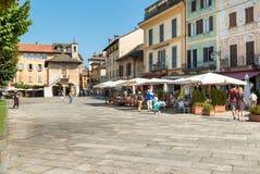 Orta San Giulio, Novara, Italien - Augusti 28, 2018: Sikt av den historiska mitten av den forntida byn av Orta San Giulio som lok fotografering för bildbyråer