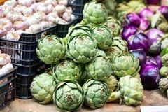 Ortaggi freschi in casse ad un mercato degli agricoltori, Londra fotografie stock