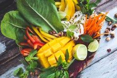 Ortaggi freschi e frutta in canestro di legno fotografia stock
