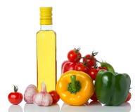 Ortaggi freschi e olio d'oliva isolati fotografia stock