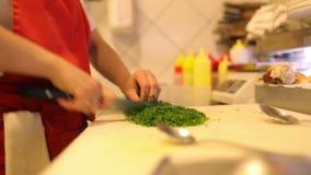 Ortaggi freschi ed aneto del taglio del cuoco unico delle mani della femmina video d archivio