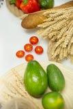 Ortaggi freschi, frutta e pane sulla tavola bianca Fotografia Stock Libera da Diritti