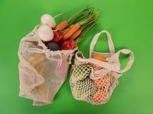 Ortaggi freschi nelle bio- borse del cotone di eco su fondo verde Concetto residuo zero di acquisto fotografia stock