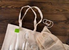 Ortaggi freschi nelle bio- borse del cotone di eco sulla vecchia tavola di legno Concetto residuo zero di acquisto fotografia stock
