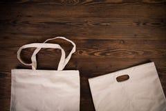 Ortaggi freschi nelle bio- borse del cotone di eco sulla vecchia tavola di legno Concetto residuo zero di acquisto immagini stock libere da diritti