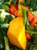 Ortaggi freschi nutrienti sani sbucciati tagliati fondo Immagine Stock