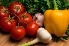 Ortaggi freschi, pomodori, ravanelli, aglio, erbe Fotografia Stock