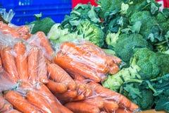 Ortaggi freschi su esposizione ad un mercato degli agricoltori Immagine Stock Libera da Diritti