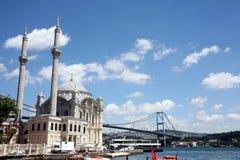 Ortaköy-Moschee und erste Bosphorus-Brücke (¼ BoÄŸaziçi Köprà sà ¼) lizenzfreies stockbild