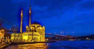 Ortaköy moské på natten Istanbul arkivbild