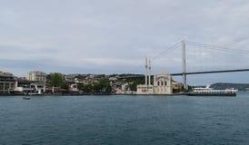 Ortakoy清真寺、Bosphorus桥梁和海峡有船的,如被看见从伊斯坦布尔的欧洲边,在土耳其 库存照片