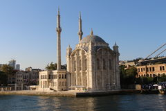 Ortakoy清真寺和Bosphorus桥梁在伊斯坦布尔土耳其 免版税库存图片