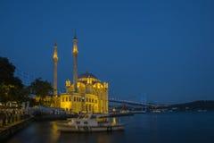 Ortakoy清真寺在晚上在伊斯坦布尔,土耳其 免版税库存图片
