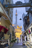 Ortakoy从购物街市的清真寺视图在Ortakoy 库存照片