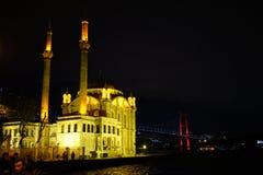 Ortakoy Camii, europeisk kustbro till Asien Royaltyfri Foto
