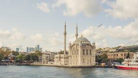Ortakoy camii på den Bosphorus floden Royaltyfri Fotografi