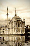 Ortakoy Moschee bei Bosphorus Stockfotos