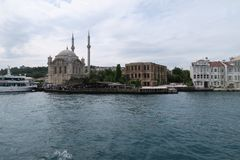 Ortakoy-Moschee mit Bosphorus-Brücke - Verbindung zwischen Europa und Asien in Istanbul, die Türkei Lizenzfreies Stockfoto