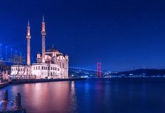 Ortakoy Moschee nachts lizenzfreie stockfotografie