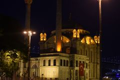 Ortakoy Moschee nachts lizenzfreies stockbild