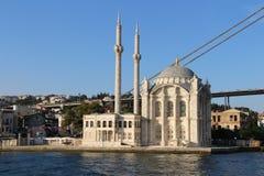Ortakoy moské och Bosphorus bro i Istanbul Turkiet Arkivfoton