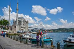 Ortakoy moské och Bosphorus bro, Istanbul, Turkiet royaltyfri foto
