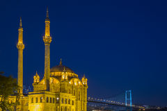 Ortakoy moské på natten i Istanbul, Turkiet Royaltyfri Fotografi