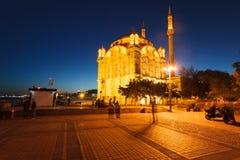 Ortakoy moské på skymningen arkivfoton