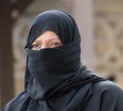 Ortakoy, Turquía/30 de mayo de 2016 - la mujer mira hacia fuera de un hijab fotografía de archivo libre de regalías