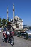 Ortakoyen Camii (moské) som sitter bredvid Bosphorusen på Ortakoy i Istabul, Turkiet Royaltyfri Foto