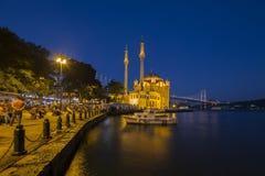 Ortakoymoskee bij nacht in Istanboel, Turkije Stock Fotografie