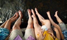 Orteils plongeant dans l'eau Image libre de droits