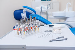 Orthodontist-Dental-Satz Klammern und Zangen und andere Werkzeuge auf der Arbeitstischplatte Stockfotografie