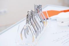 Orthodontist-Dental-Satz Klammern und Zangen und andere Werkzeuge auf der Arbeitstischplatte Stockfotos