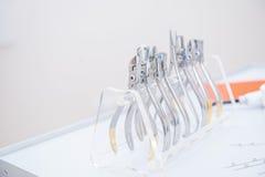 Orthodontist-Dental-Satz Klammern und Zangen und andere Werkzeuge auf der Arbeitstischplatte Lizenzfreies Stockbild