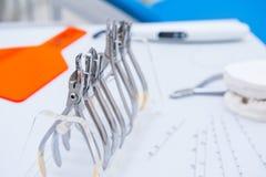 Orthodontist-Dental-Satz Klammern und Zangen und andere Werkzeuge auf der Arbeitstischplatte Lizenzfreie Stockfotos
