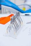 Orthodontist-Dental-Satz Klammern und Zangen und andere Werkzeuge auf der Arbeitstischplatte Lizenzfreie Stockbilder