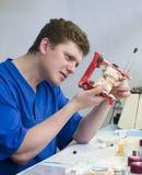 Orthodontist op het werk royalty-vrije stock fotografie