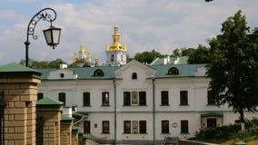 Orthodox Christelijk klooster Gouden koepels van kathedralen en kerken, Kiev-Pechersk Lavra Monastery stock video