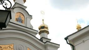 Orthodox Christelijk klooster Gouden koepels van middeleeuwse kathedraal en kerken in Kiev-Pechersk Lavra stock videobeelden