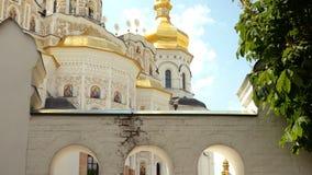 Orthodox Christelijk klooster Gouden koepels van middeleeuwse kathedraal en kerken in Kiev-Pechersk Lavra stock footage