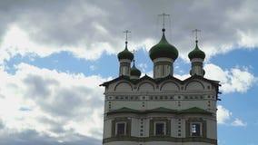 Orthodox klooster op de achtergrond van wolken stock footage