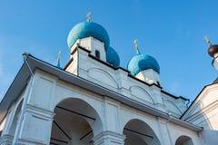 Orthodox klooster in Serpukhov Weergeven van Zachatievsky-Kathedraal stock afbeelding