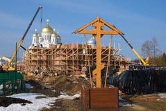 Orthodox kruis op de bouw van een nieuwe tempel royalty-vrije stock fotografie