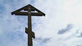 Orthodox kruis op een achtergrond van drijvende wolken stock videobeelden