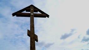 Orthodox kruis op een achtergrond van drijvende wolken stock video
