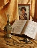 Orthodox pictogram, boeken en wierookvat stock foto's