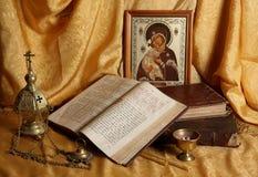 Orthodox pictogram, boeken en wierookvat Royalty-vrije Stock Foto